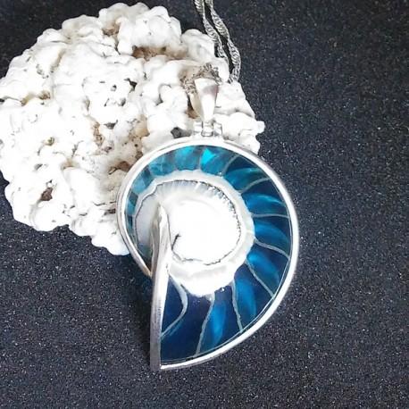 Pendentif nacre nautile naturel résine bleue