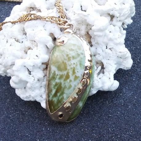 Pendentif coquillage ormeau vert pastel | collier plaqué or
