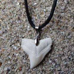 Collier dent de requin pointe centrée cordon noir plat