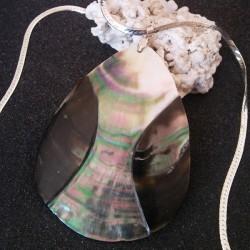 Pendentif taillé forme poire nacre noire de l huître perlière de Tahiti