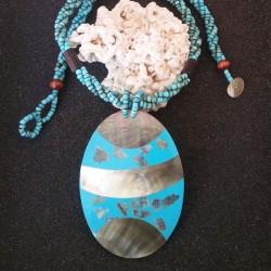 Collier nacre noire ovale et design turquoise avec collier en perles de rocailles
