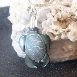 Pendentif tortue nacre noire gravée, tribal