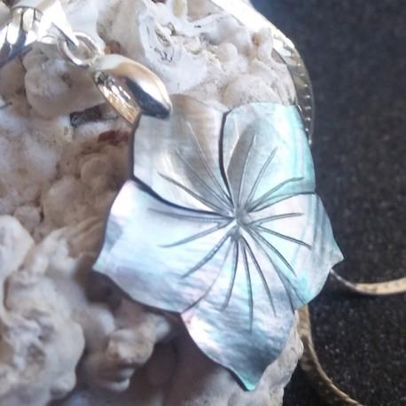 Pendentif fleur nacre noire ciselée, reflets irrisés