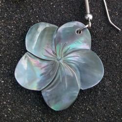 Boucles d oreilles fleur frangipanier nacre noire, travail artisanal