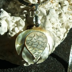 Collier pendentif tortue nacre miel gravée, tribal tahiti