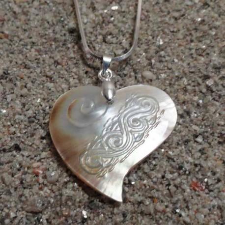Collier pendentif coeur nacre miel gravée, tribal tahiti