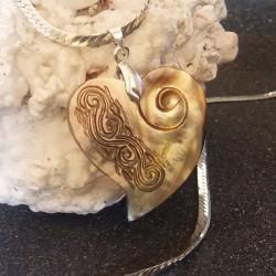 Collier pendentif coeur nacre miel foncée gravée, tribal tahiti