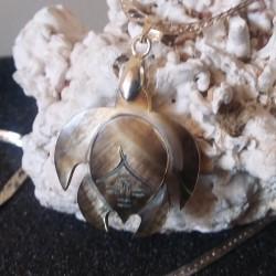 Collier pendentif tortue nacre miel foncée gravée 2.5 cm , tribal tahiti