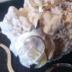 Collier pendentif tortue nacre miel couleur clair 2.5 cm