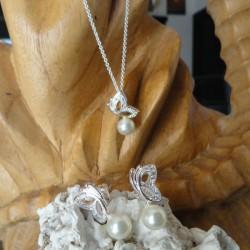 Parure collier papillon diamant Cz 50 cm et perle blanche 7mm + Boucles d'oreilles papillon strass diamant Cz perle blanche eau