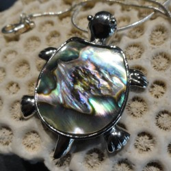 Pendentif tortue nacre abalone reflets roses